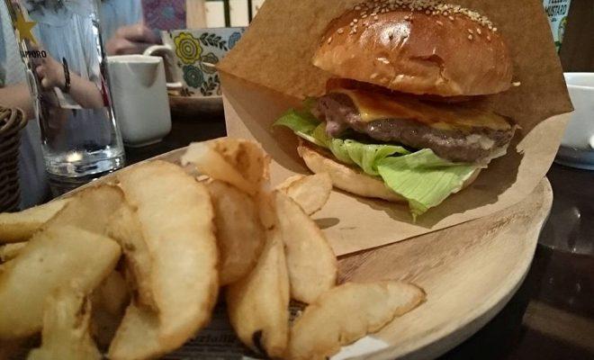 口いっぱいにハンバーガーを頬張りたいならココ!栄「ABBOT KiNNEY」はカフェとファッションが融合した素敵空間 - ede0bfa2b4ac60d8c5348871530febf9 660x400