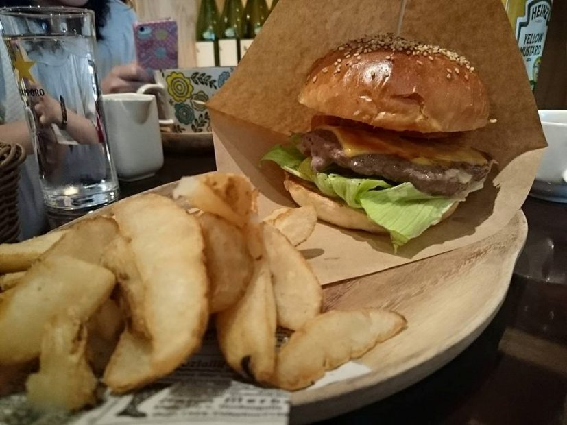 口いっぱいにハンバーガーを頬張りたいならココ!栄「ABBOT KiNNEY」はカフェとファッションが融合した素敵空間