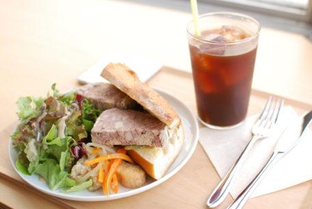名駅の穴場カフェ!コーヒーとワインが楽しめる「NOOK & CRANNY」