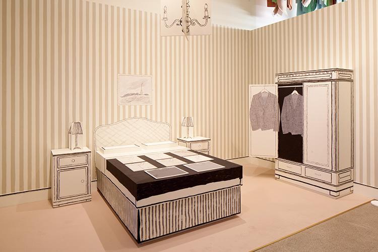ポール・スミスの最初の展示に使われたホテルのベッドルームの再現ブース
