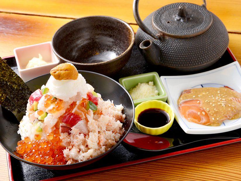 一度で七回おいしい!『刺身・海鮮炭焼・寿司 北海道』で味わう、究極の海鮮丼