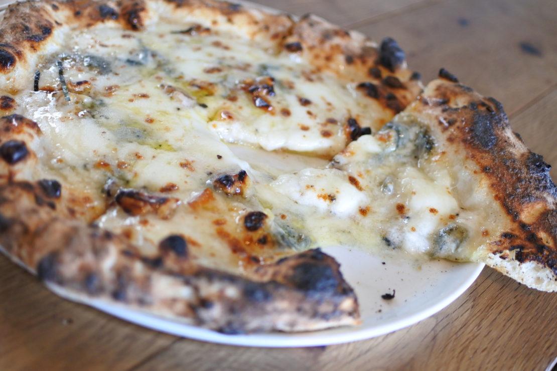 潮風が流れ込む『ピッツェリアオーシャン』で本格ナポリピッツァを