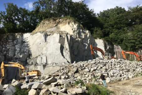 断崖絶壁の採石場見学や石のコースター作りも!「石のまち岡崎ディープツアー」