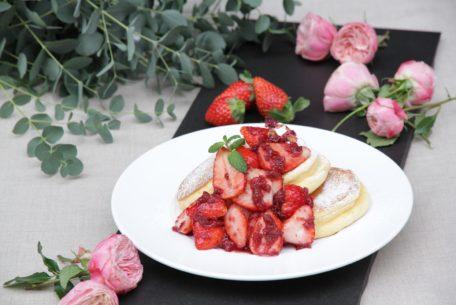 薔薇と国産いちごに紅の夢りんご!『幸せのパンケーキ』期間限定メニューをチェック