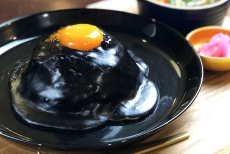 """なんてこった!金山駅チカで食べられる、真っ黒なスパイシーチーズキーマカレー""""ネロ""""に驚き!"""