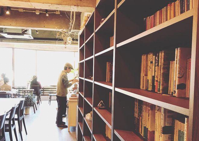"""""""非日常""""を味わいたい。本とコーヒー好きの店主が営む『キッサ マシマロ』 - GHMQ1407"""