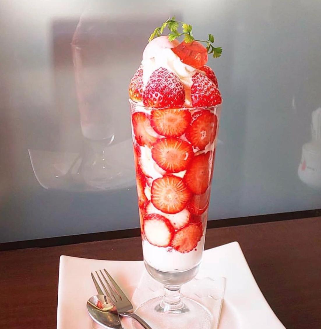 心ゆくまで苺を楽しむ。ド迫力の苺パフェ、名古屋西区の「Le Cafe Andoll」で連日完売中!