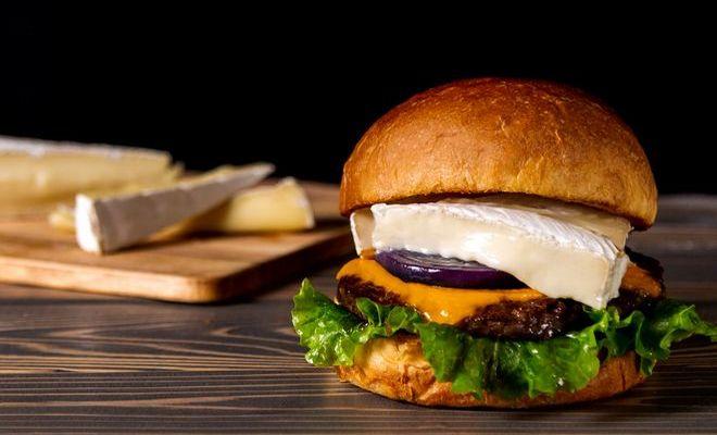 【期間限定】「ヴィレッジヴァンガードダイナー」のプレミアムチーズバーガーが贅沢すぎる。 - Bkou3HdN