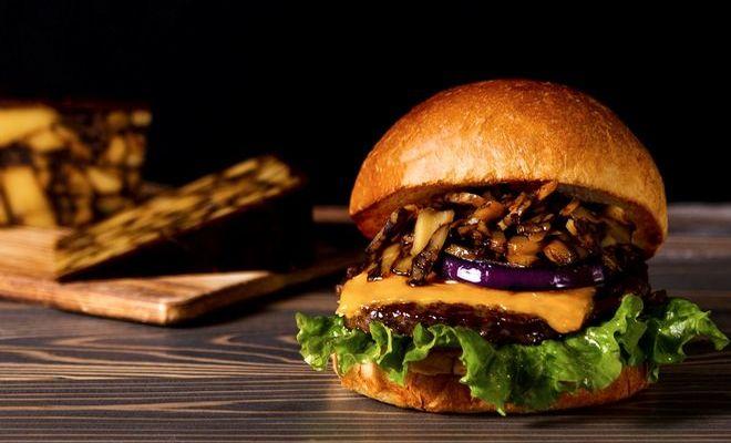 【期間限定】「ヴィレッジヴァンガードダイナー」のプレミアムチーズバーガーが贅沢すぎる。 - h0yqN0Jz