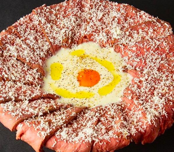 ローストビーフとカルボナーラのコラボ!肉ボナーラが話題の「肉・チーズ料理PIT TAVERN栄店」
