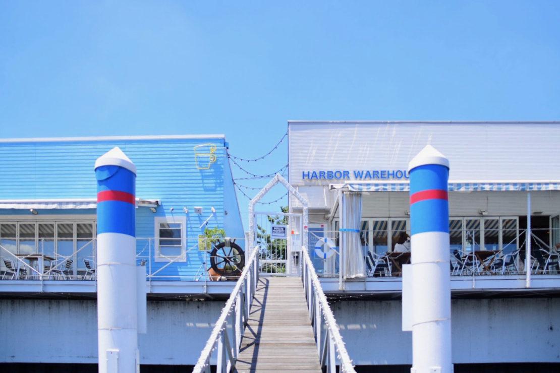 水辺のテラスでフォトジェニックなメニューを堪能!「THE CUPS HARBOR CAFE」