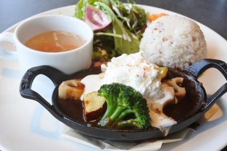 シーンに合わせて使える江南「1Place cafe」で、料理からタルトまで楽しもう